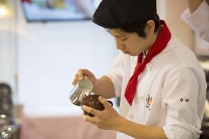 ラテアートの練習をする在学中の中田さん